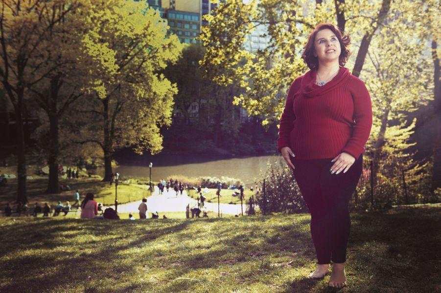 """New York, Etats- Unis - 5 mai 2014 --- Pendant onze ans, séquestrée à Cleveland, Michelle KNIGHT a été l'esclave sexuelle d'Ariel Castro. Un an après sa libération, elle pose, pieds nus et yeux au ciel, à Central Park à l'occasion de la sortie de son livre """"Traverser l'enfer et croire encore au paradis"""" (éd. Michel Lafon)."""