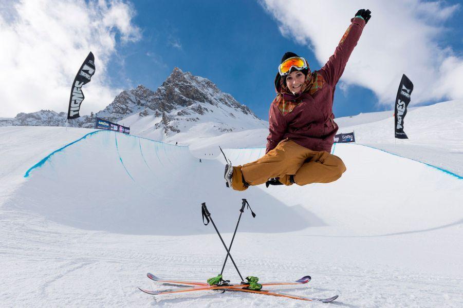 Savoie, France, 1er février 2014 --- Marie MARTINOD, skieuse acrobatique française spécialiste du half-pipe, fait partie des favorites pour les JO de Sotchi. En 2013, elle a remporté les X Games, les JO des sports de l'extrême. Séance photo devant le half-pipe de Tignes.