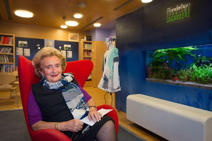 Rendez-vous avec Bernadette CHIRAC pour les 10 ans de la Maison de Solenn dont elle est la marraine : attitude souriante assise dans la médiathèque.