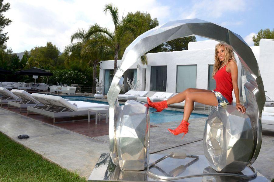 Ibiza, archipel des Baléares, Espagne, 11 août 2014 --- Cathy et David GUETTA ont décidé de se séparer. Durant l'été, Cathy GUETTA séjourne avec ses deux enfants dans la maison du couple. Elle pose en talons-aiguilles sur le casque de l'artiste Richard Orlinski, près de la piscine.