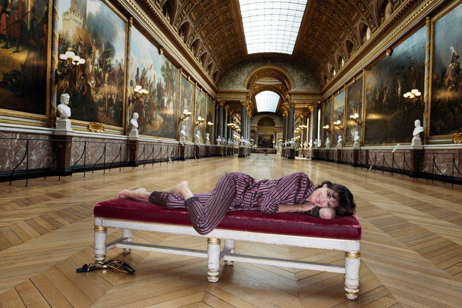 Versailles, France, 23 juin 2014 --- Inès DE LA FRESSANGE pose en pyjama d'intérieur dans la galerie des Batailles, au château de Versailles.