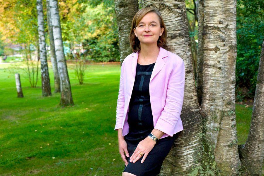 Plan de face souriant de Nathalie LOISEAU, directrice générale de l'ENA, posant appuyée contre un arbre dans les jardins du Luxembourg à PARIS, jeudi 2 octobre 2014.