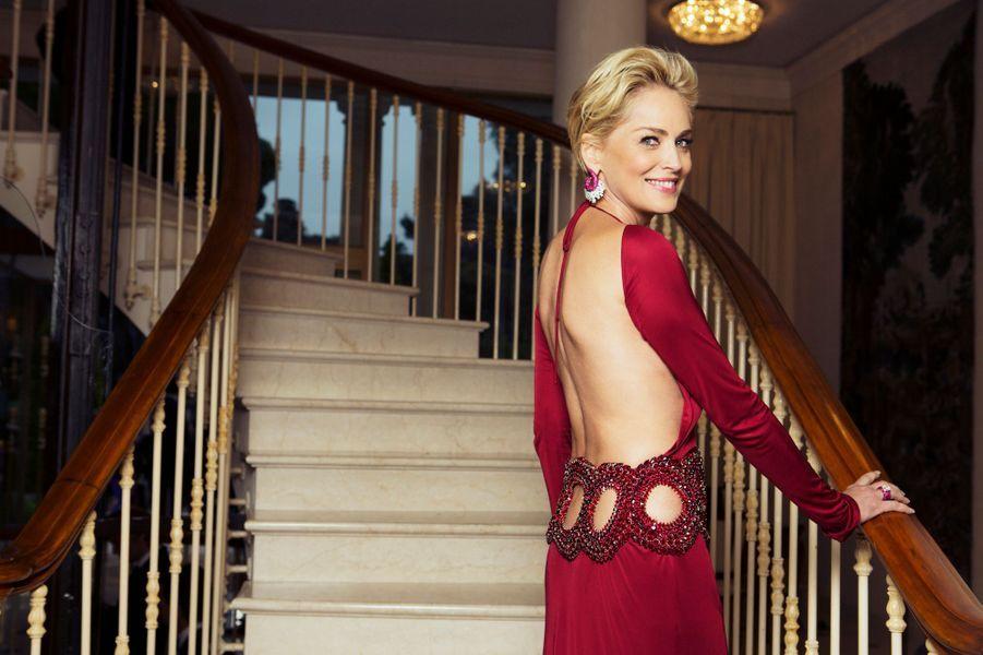 """Toute l'année, Paris Match a rencontré des femmes formidables qui ont fait l'année 2014. DeSharon Stone à Laure Manaudou, de Hillary Clinton à Audrey Dana, retrouvez nos plus belles photos.N'oubliez pas de voter pour la femme de l'année 2014.Cap d'Antibes, France, jeudi 22 mai 2014 --- Le 21ème gala de l'AmFar """"Cinema Against AIDS"""" à l'hôtel du Cap-Eden-Roc, lors du 67e festival de Cannes : L'actrice américain Sharon STONE a animé la grande soirée au profit des malades du sida. elle pose ici dans le lobby de l'Hôtel du Cap-Eden-Roc, elle porte une robe Roberto Cavalli et des bijoux de Grisogono."""