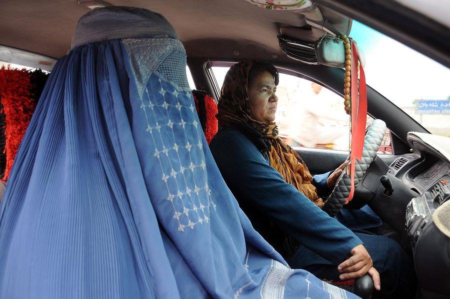 Sara Bahai, première femme taxi en Afghanistan