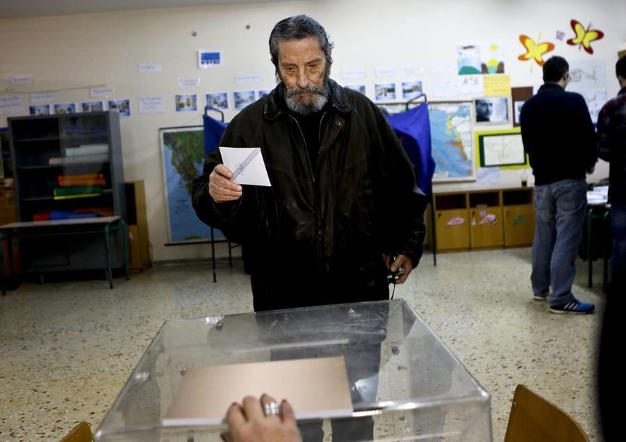 Un électeur s'apprêtant à poster son bulletin de vote