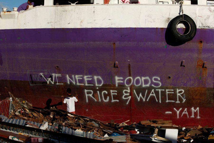 Six jours après le passage du super typhon Haiyan, dont le dernier bilan atteint les 4.460 morts, selon l'Onu, la grogne monte aux Philippines face à la paralysie des autorités et la lenteur de la distribution de l'aide aux rescapés. De nombreuses scènes de pillage ont été signalées, notamment à Tacloban, la ville la plus touchée, en dépit du déploiement de soldats pour maintenir l'ordre. D'après l'administrateur de la municipalité, Tecson John Lim, seuls 20% des habitants de Tacloban reçoivent de l'aide. Si vous souhaitez envoyer un don pour aider les Philippines, vous pouvez vous rendre sur le site d'Action contre la Faim, de l'Unicefou encore deLa Croix Rouge.