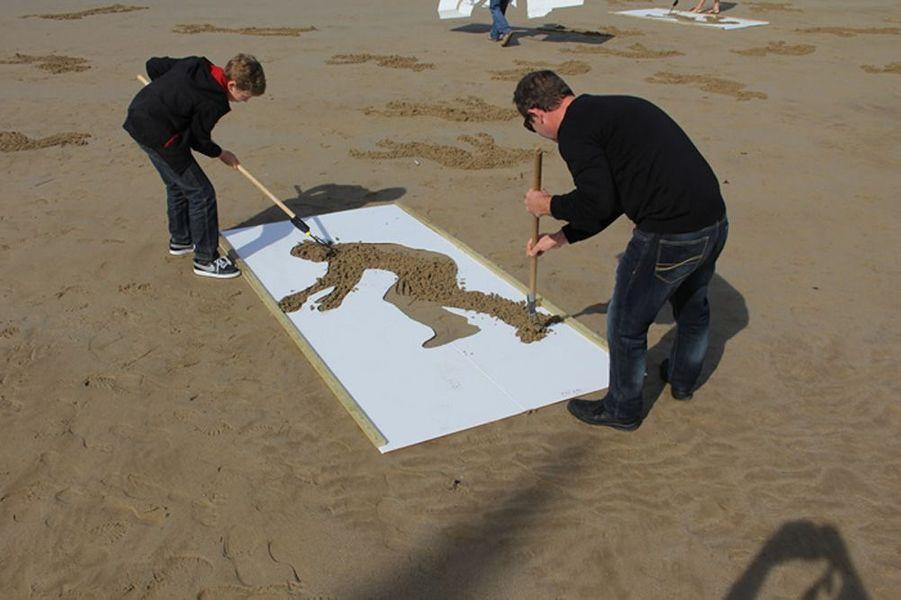 Une équipe de deux personnes était constituée: la première tenait le pochoir pendant que la seconde ratissait le sable.