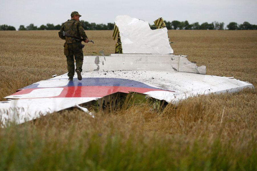 Les séparatistes pro-Russes semblent avoir été les premiers sur les lieux du drame. Dans la soirée, ils ont affirmé avoir retrouvé la boîte noire du Boeing.
