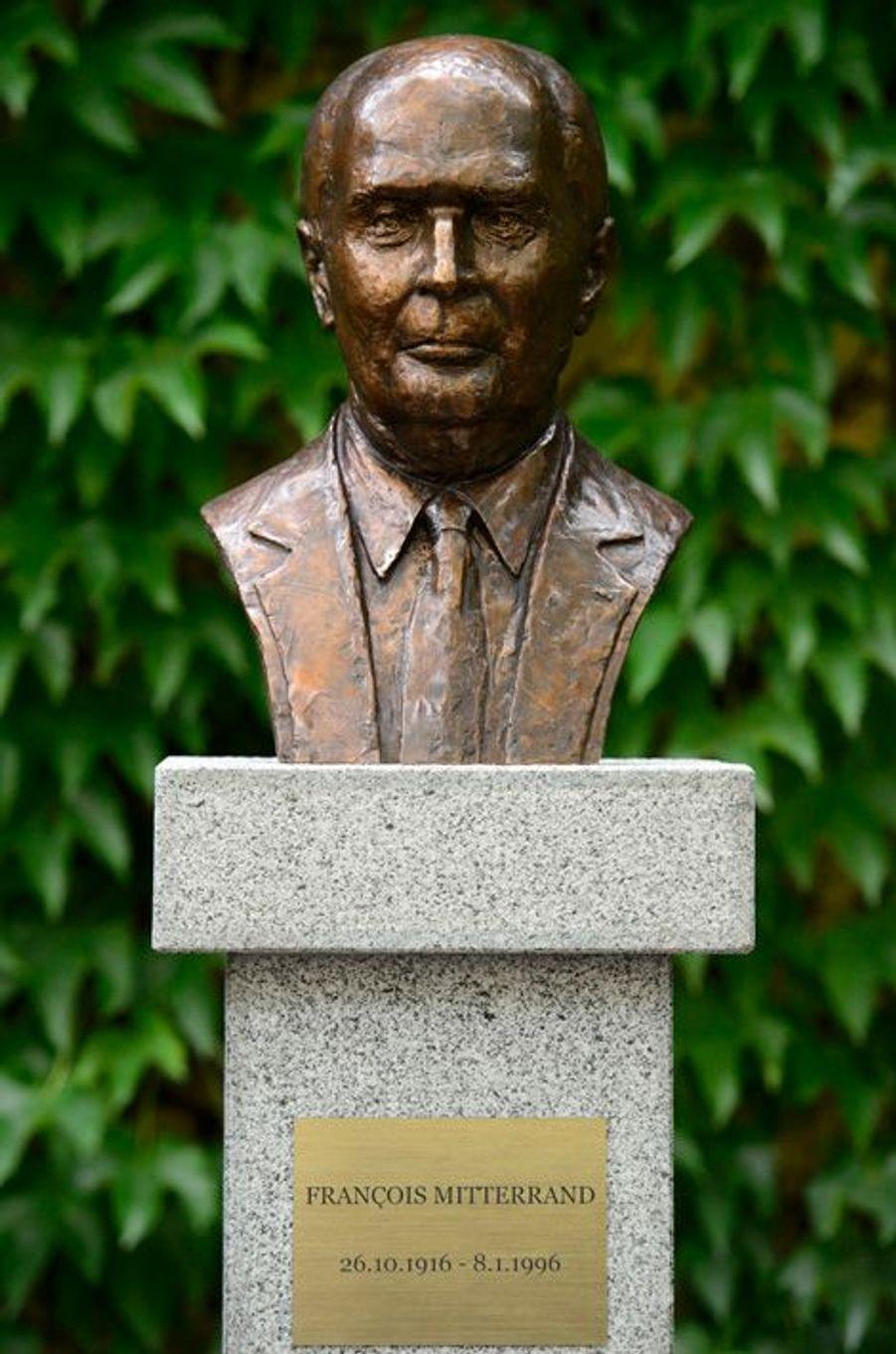 Un buste à l'effigie de François Mitterrand