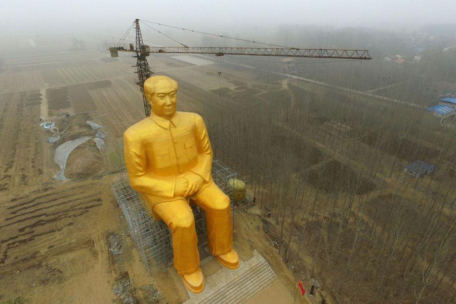 La statue dorée de Mao mesure 37 mètres de haut