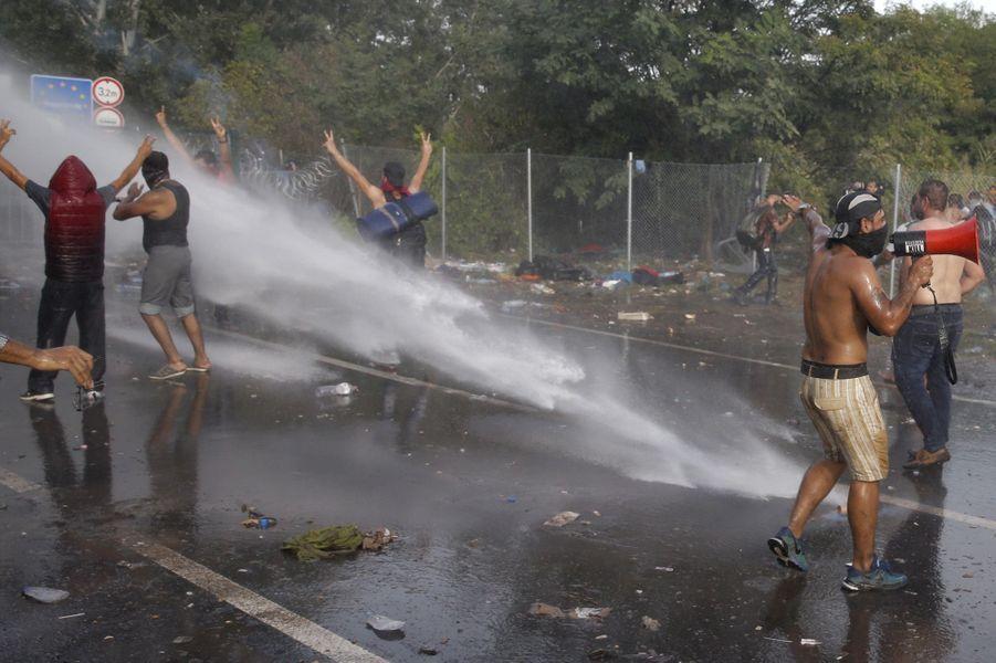 Violents heurts entre policiers et réfugiés à la frontière hongroise