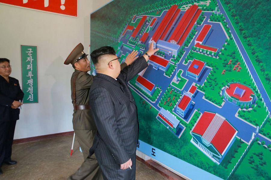 Le dictateur nord-coréen Kim Jong-un lorsd'une inspection à l'Institut de matériaux chimiques de l'Académie des sciences de la défense, le 23 août 2017.