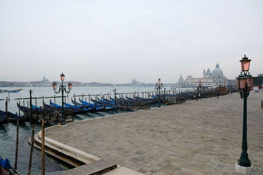 A Venise, les gondoles ne trouvent plus de touristes à transporter.