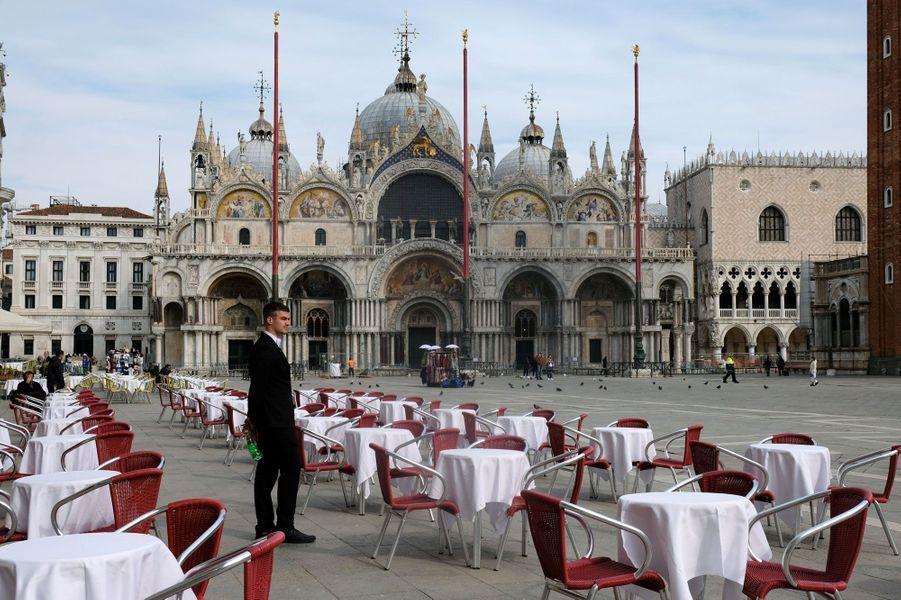 A Venise, les restaurant sont vides.