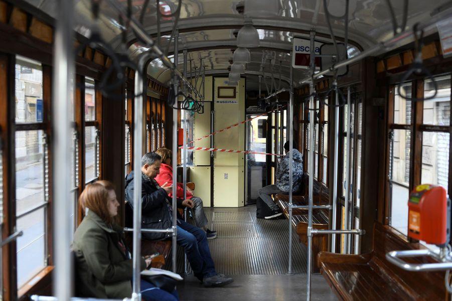 Des passagers dans les transports en commun à Milan.