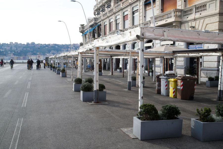 Un restaurant fermé dans la Via Partenope en face de la mer, à Naples.