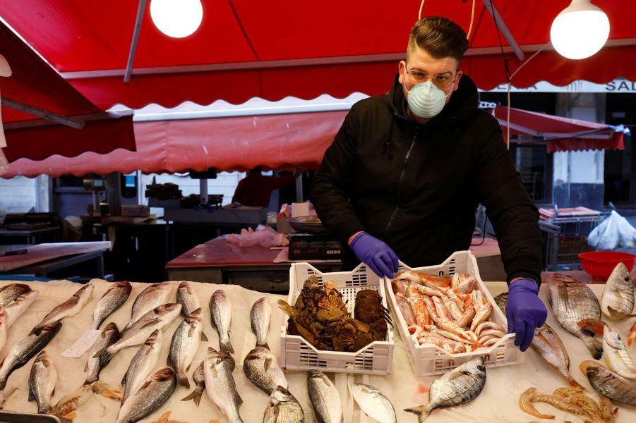 Le marché aux poissons de Catane est pratiquement déserté, à Catane, en Italie.