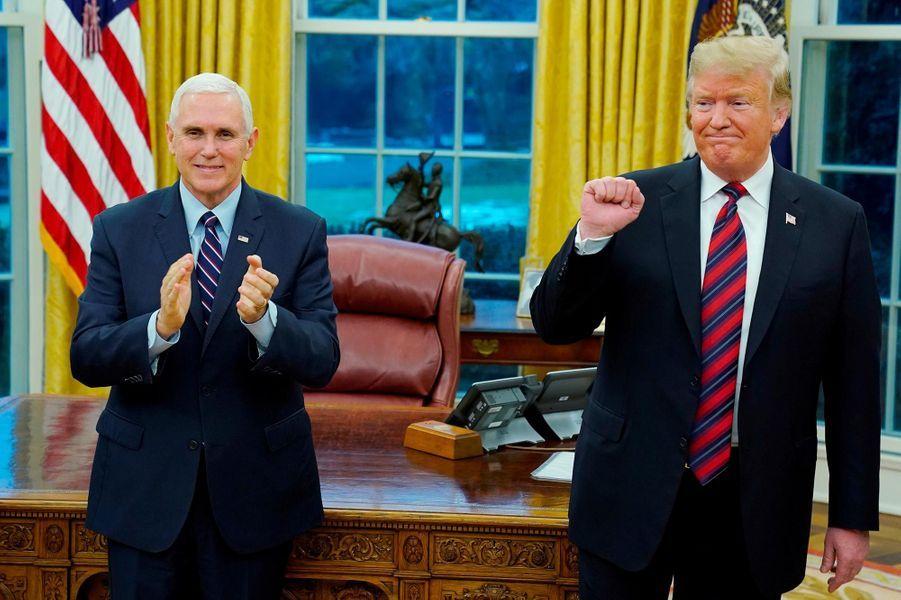 Donald Trump a remis la nationalité américaine à cinq personnes à la Maison-Blanche, le 19 janvier 2019.