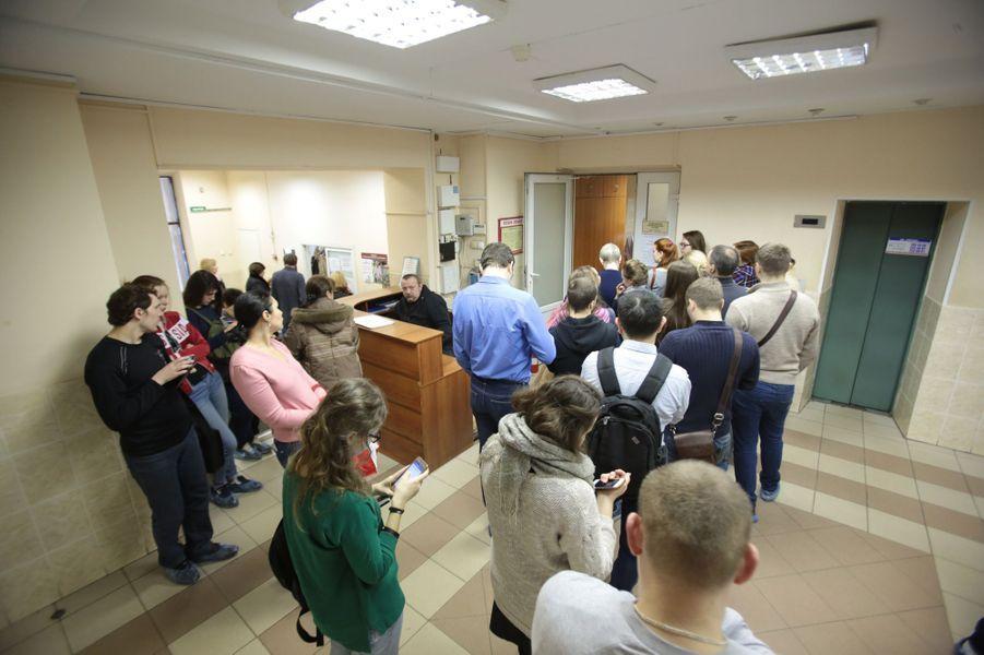 Dans un hôpital de Saint-Pétersbourg, de nombreux volontaires donnent leur sangaprès l'attentat qui a causé la mort de 14 personnes, le 3 avril 2017.