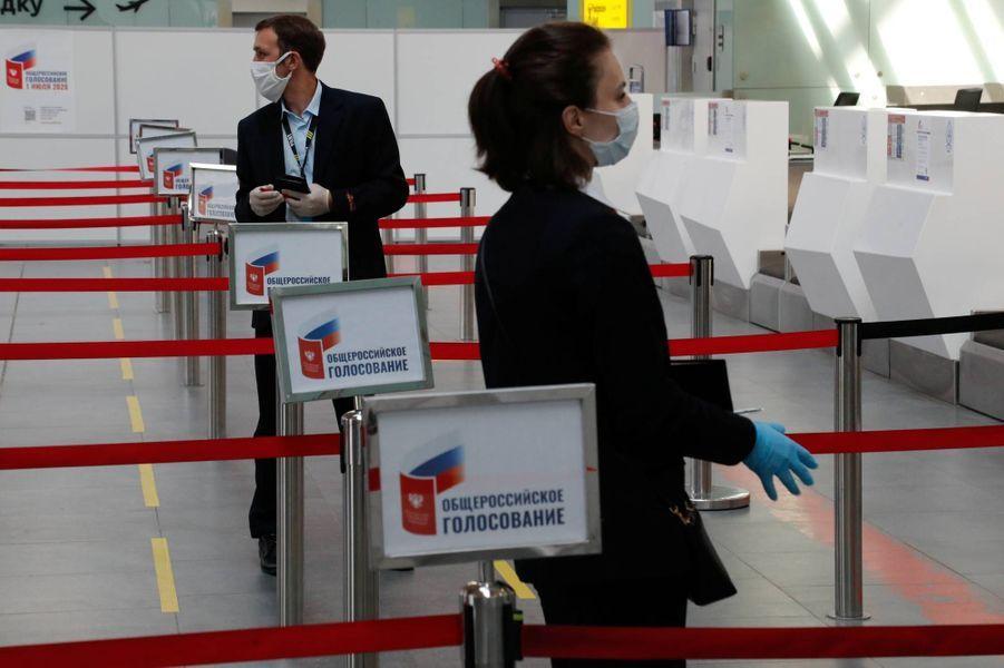 Vote à l'aéroport Pulkovo de Saint-Petersbourg, en Russie, le 25 juin 2020.