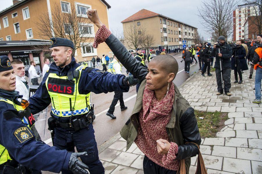 Le geste de Tess Asplund face à des militants néo-nazis à Borlänge en Suède, le 1er mai 2016.