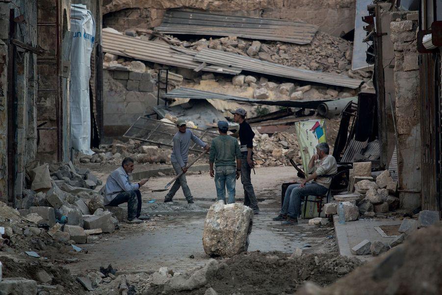 Bab Al-Nasr, la « porte de la Victoire ». Elle était vieille de 800 ans. Ses vestiges les plus précieux sont entassés sur la chaussée.