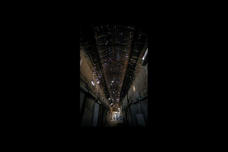 Le toit de zinc qui recouvre l'allée du souk de Farafra date du mandat français. Il est constellé d'impacts.