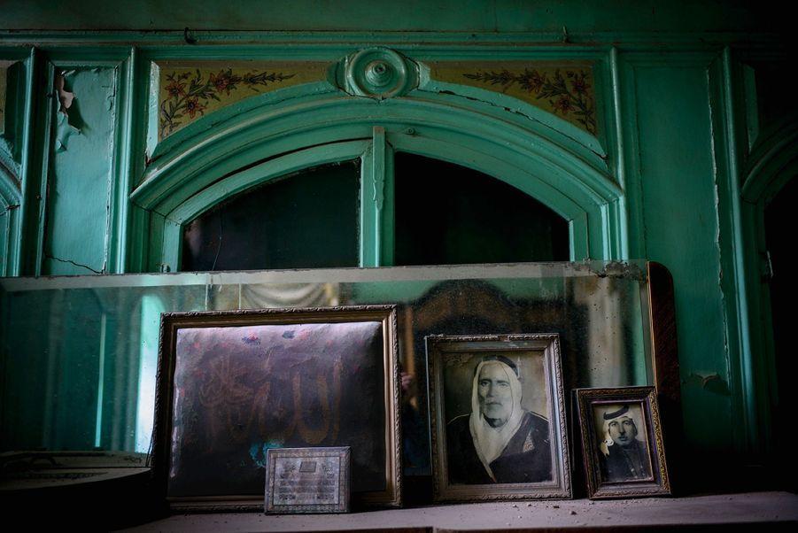 Les portraits des aïeux de Yasser dans sa maison ottomane… Après les pillages, il n'a presque rien retrouvé de sa vie d'avant.