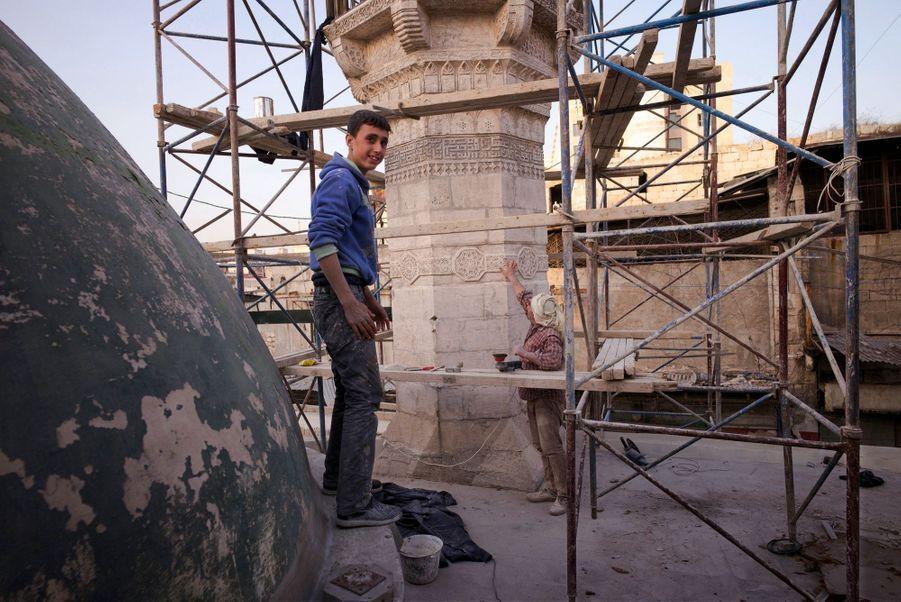 Dans une mosquée. Certains particuliers entreprennent des restaurations. La communauté internationale attend une résolution de l'Onu pour participer au financement.