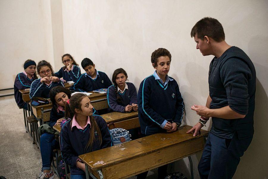 Pierre Le Corf, un travailleur humanitaire français, dispense un soutien psychologique à des élèves.