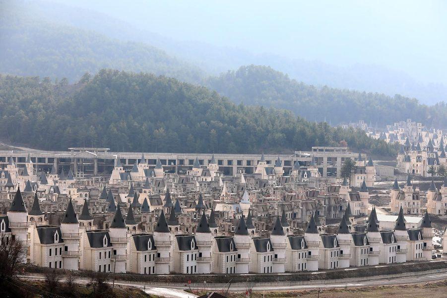 A Mudurnu, s'alignent des centaines de villas mitoyennes blanches qui font partie d'un ambitieux projet lancé en 2014 par Sarot, un groupe de construction turc qui s'est depuisplacé sous le régime des faillites.