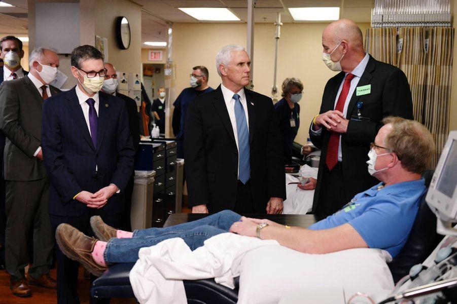Le vice-président américain Mike Pence en visite à la Mayo Clinic, dans le Minnesota, le 28 avril 2020.