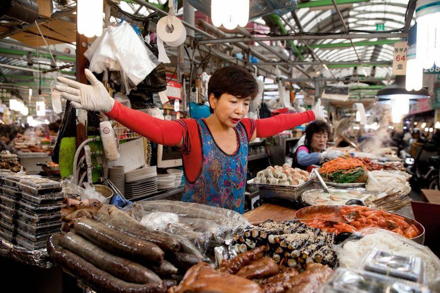 Crevettes, kimchi (chou fermenté), kimbap (maki coréen) au marché de namdaemun, le plus important de séoul.