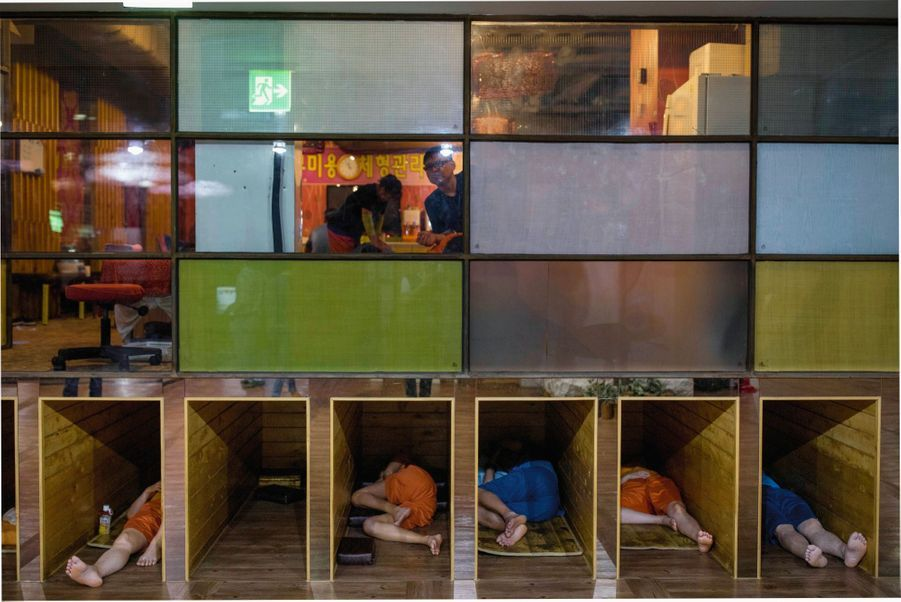 Dans ce « jjimjilbang », centre de relaxation très prisé à Séoul, pause sauna, massage et même sieste dans de petites « alvéoles » individuelles.
