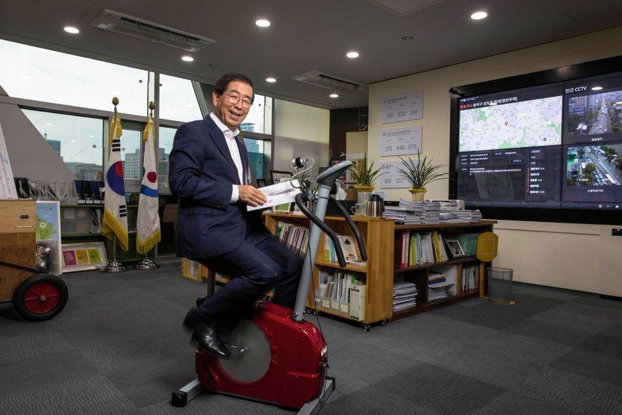 Park Won-soon, 61 ans, un maire sportif et écolo. Son vélo produit l'énergie de la lampe qui éclaire ses lectures.