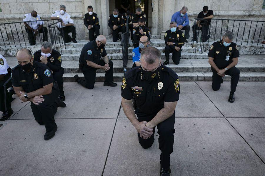 Des policiers àCoral Gables, en Floride.
