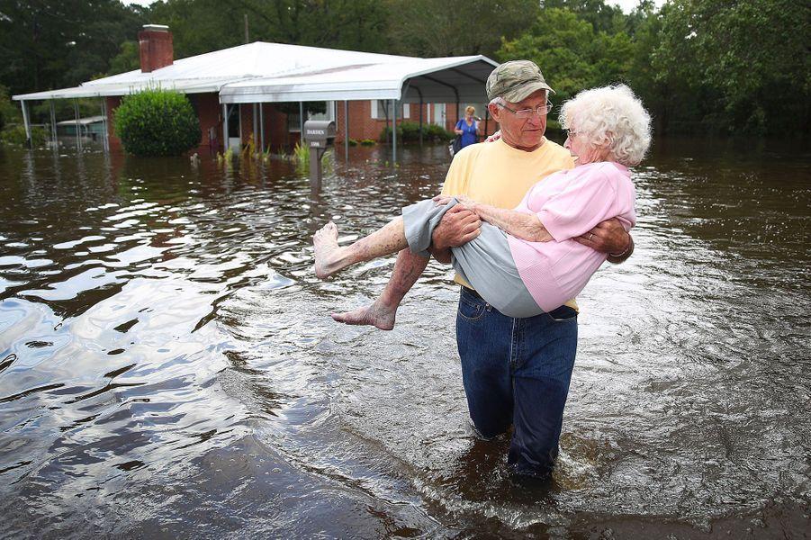 Un homme secourt une vieille dame àSpring Lake.