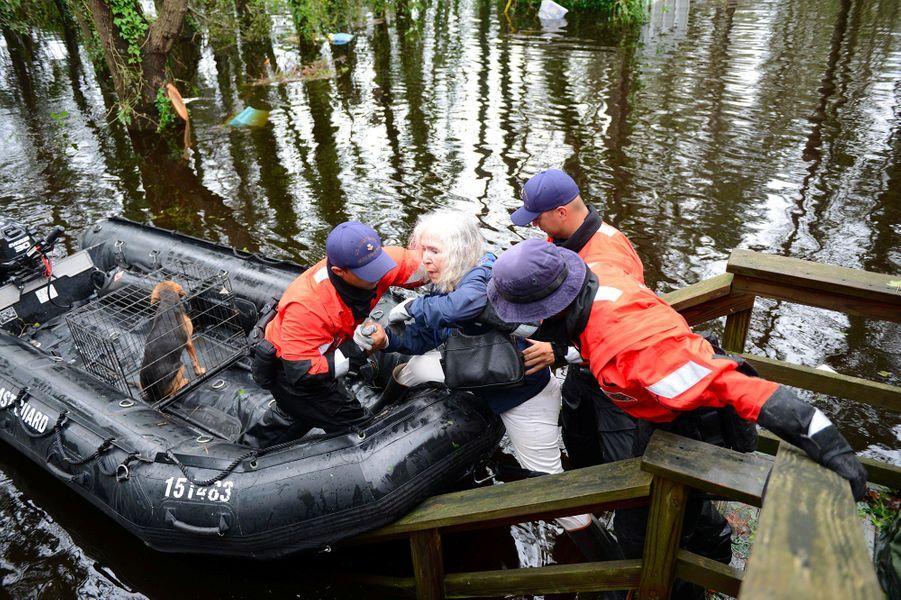 Une femme et ses animaux secourus par laU.S. Coast Guard dans le comté deBrunswick.