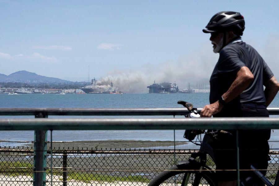 Les flammes était bien visibles depuis l'autre bout de la baie.