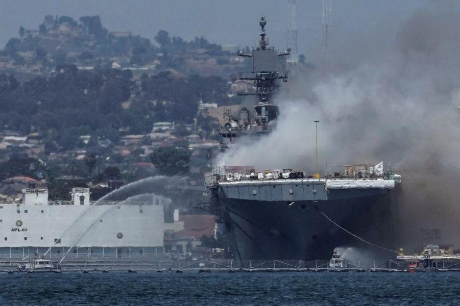 """L'incendie pourrait continuer pendant """"des jours"""" a affirmé le chef des pompiers de San Diego."""