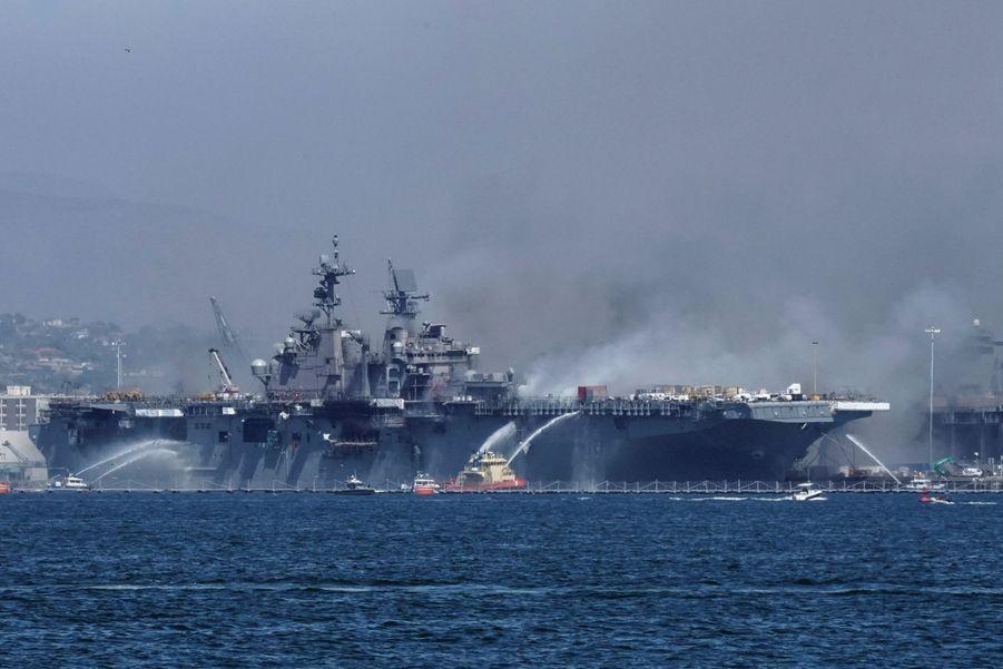 L'USS Bonhomme Richard est en flamme.