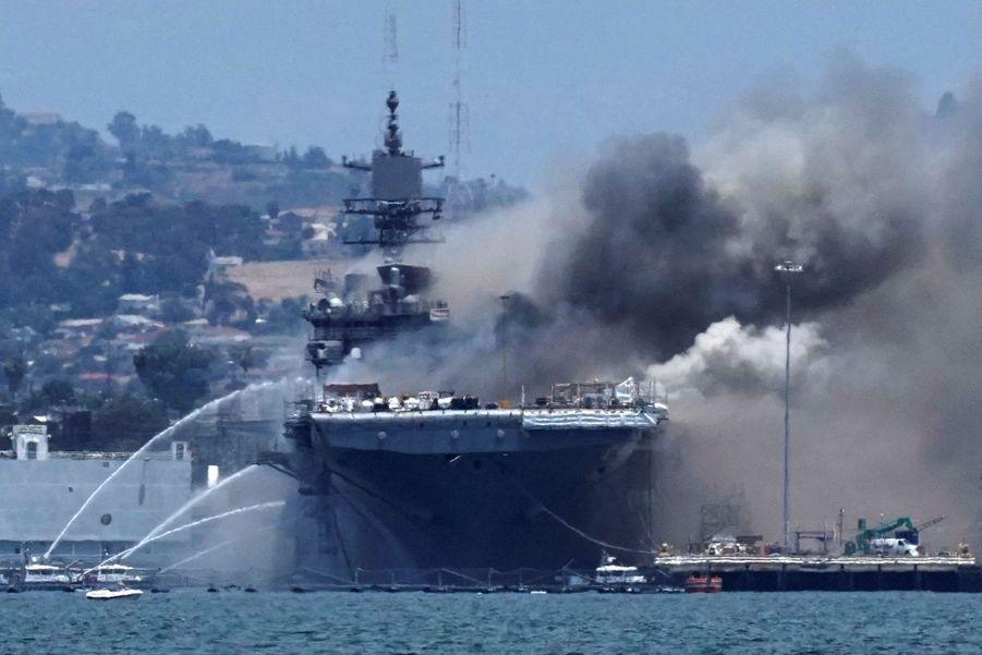 Les pompiers sont venus éteindre l'incendie dans le port de San Diego.