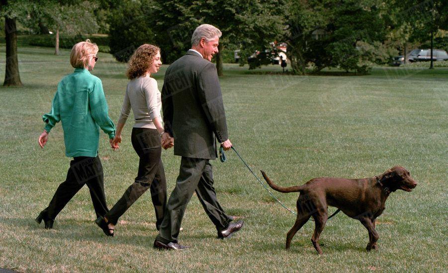 Le mardi 18 août, au lendemain de sa déposition devant un grand jury et de ses aveux à la télévision, Bill Clinton, accompagnée de son épouse Hillary, réunis, main dans la main, par leur fille Chelsea, quittent la Maison Blanche pour quelques jours de vacances sur l'île de Martha's Vineyard, dans le Massachusetts. Bill Clinton souhaitait fêter là ses 52 ans, mercredi 19 août.