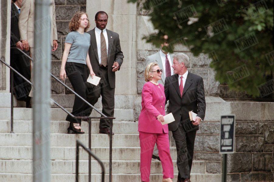 Bill Clinton, son épouse Hillary et leur fille Chelsea à la sortie de la messe à Washington, le 9 août 1998.