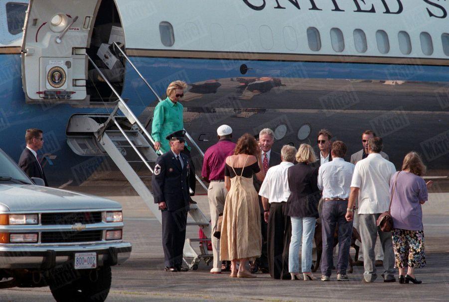 Bill Clinton, son épouse Hillary et leur fille Chelsea quittent Washington pour quelques jours de vacances sur l'île de Martha's Vineyard, dans le Massachusetts, le mardi 18 août. La veille, le président américain avait avoué le caractère «inappropriée» de sa relation avec Monica Lewinsky à la télévision, juste après sa déposition devant un grand jury.