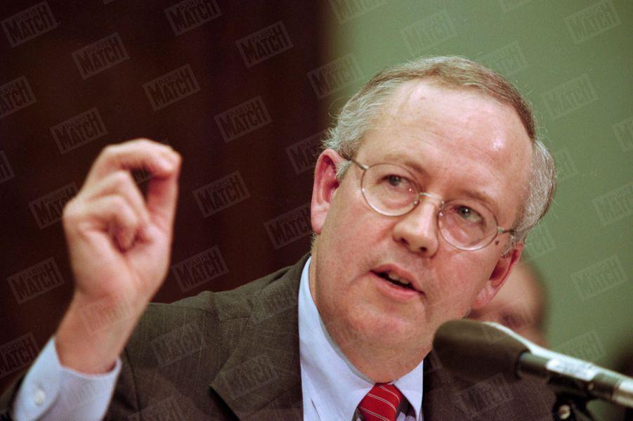 Le procureur Kenneth Starr devant la commission judiciaire du Congrès, chargée de recommander une éventuelle procédure de destitution (impeachment) du président Bill Clinton, le 19 novembre.
