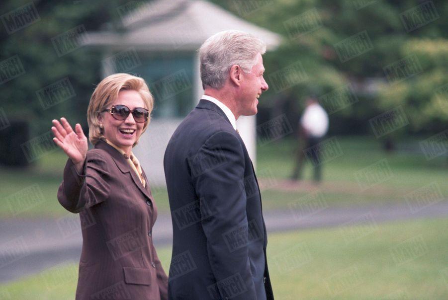 Hillary Clinton fait bonne figure, accompagnant Bill pour des vacances dans les Hamptons, en juillet 1998.