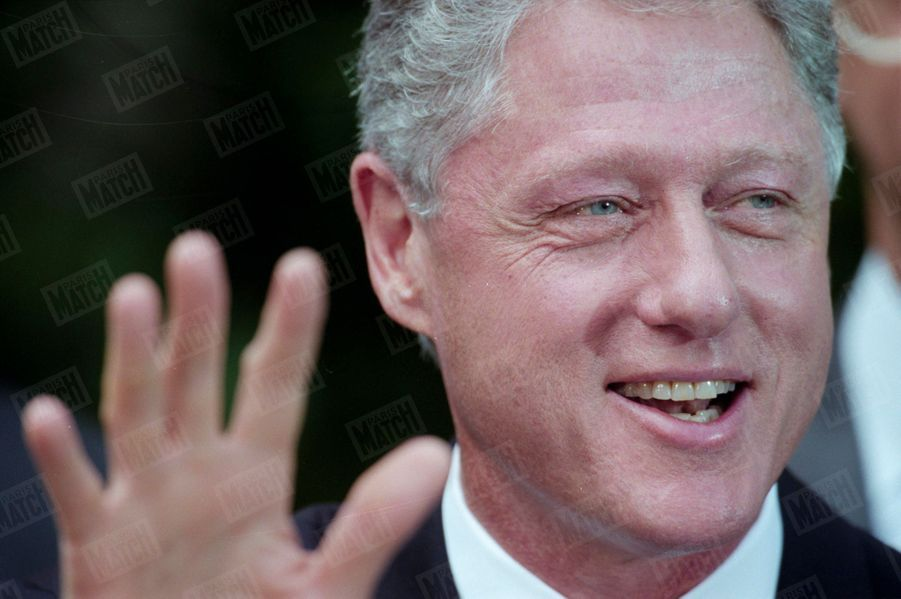 Bill Clinton lors d'une conférence de presse dans le Rose Garden de la Maison Blanche, le 31 juillet 1998. Trois jours avant, le 28 juillet, Monica Lewinsky, obligée de reconnaitre sa relation avec Clinton face au procureur Kenneth Starr, avait passé un accord provisoire avec lui afin de bénéficier d'un statut d'immunité, en échange de révélations sur ses relations avec le président américain.