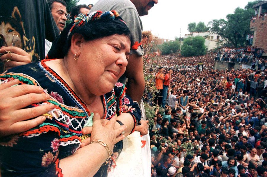 À l'occasion de ses funérailles de Matoub Lounès, dimanche 28 juin 1998, des milliers de personnes se sont réunies dans les rues de Taourirt Moussa, le village du « lion de Kabylie ». Ici, la mère du chanteur.