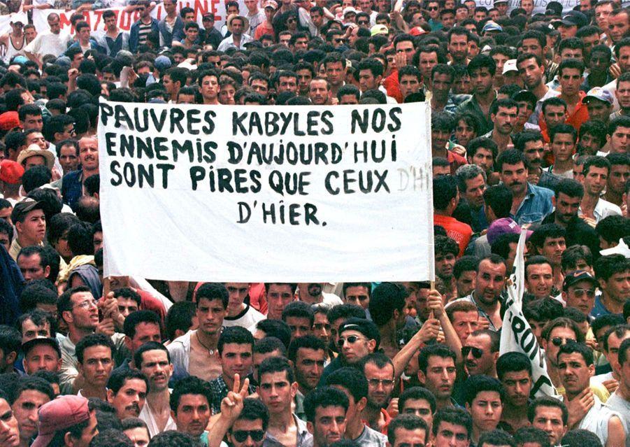 À l'occasion de ses funérailles de Matoub Lounès, dimanche 28 juin 1998, des milliers de personnes se sont réunies dans les rues de Taourirt Moussa, le village du « lion de Kabylie ».